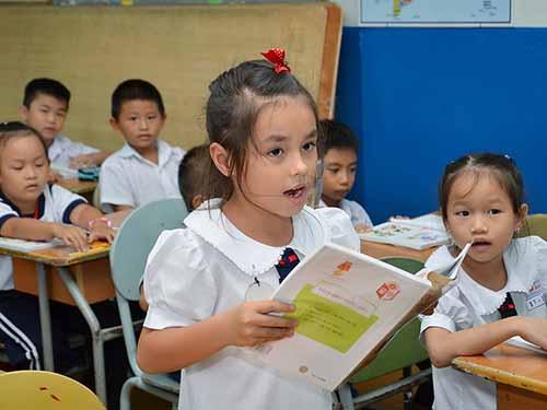 Sách giáo khoa sẽ là mục tiêu trong đề án đổi mới giáo dục phổ thông của Bộ GD-ĐT. Tronh ảnh: Một giờ học ở cấp tiểu học tại TP HCM Ảnh: TẤN THẠNH