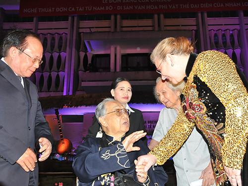 Bà Katherine Muller - Marin chúc mừng giới làm nghệ thuật Việt Nam tại buổi trao bằng công nhận nghệ thuật đờn ca tài tử Nam Bộ là di sản văn hóa phi vật thể