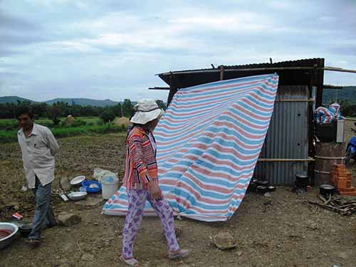 Không có tiền, một số hộ dân diện tái định cư dựng chòi để ở