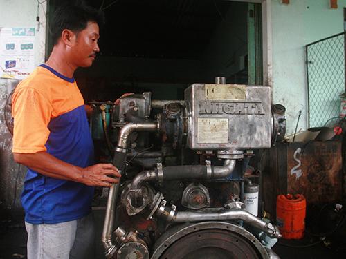 Máy cũ của Nhật Bản được cơ sở ông Trần Minh Hào đưa về từ TP HCM để cung cấp cho ngư dânẢnh: QUANG VINH