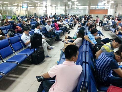 Hành khách ngồi chờ tại nhà ga nội địa sân bay Tân Sơn Nhất