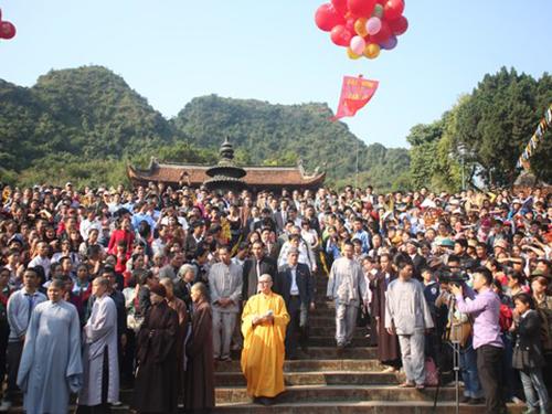 Quang cảnh sân Thiên Trù trong lễ khai hội chùa Hương