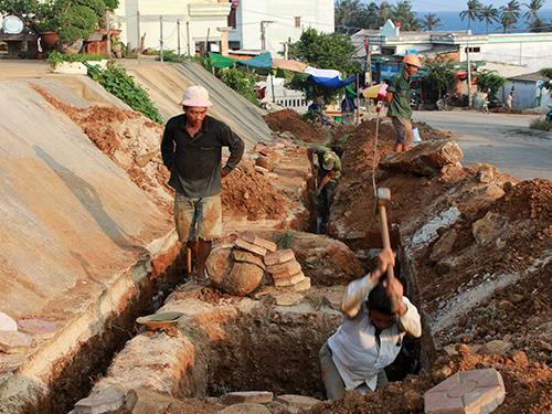 Công nhân thi công gói thầu đường dây điện trên đảo Lý Sơn