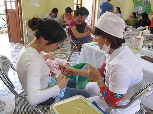 Tiêm chủng cho trẻ tại một cơ sở y tế của TP Hà Nội
