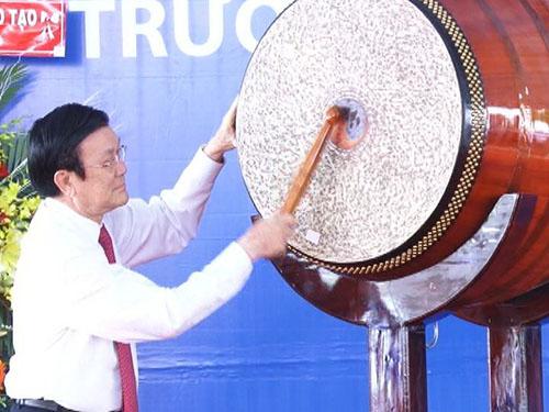 Chủ tịch nước Trương Tấn Sang đánh trống khai giảng năm học mới tại Trường THPT Hậu Nghĩa (huyện Đức Hòa, tỉnh Long An)