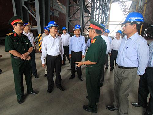 Phó Thủ tướng Vũ Văn Ninh (giữa) kiểm tra hoạt động đóng tàu tại Tổng Công ty Sông Thu sáng 13-6