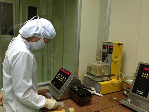 Kiểm nghiệm thuốc tại một doanh nghiệp dược ở TP Hà NộiẢnh: Ngọc Dung