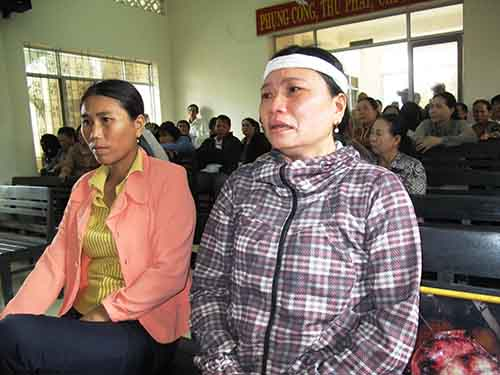 Bà Ngô Thị Tuyết (bên phải) bức xúc về mức án do VKSND TP Tuy Hòa đề nghị cho các bị cáo