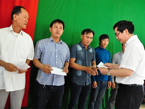 Bộ trưởng Bộ Nông nghiệp và Phát triển nông thôn Cao Đức Phát tặng quà cho ngư dân tỉnh Quảng NgãiẢnh: TỬ TRỰC