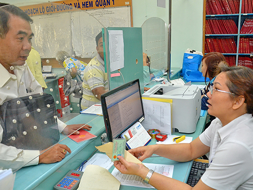 Người dân làm thủ tục hành chính tại UBND quận Tân Bình, TP HCMẢnh: TẤN THẠNH