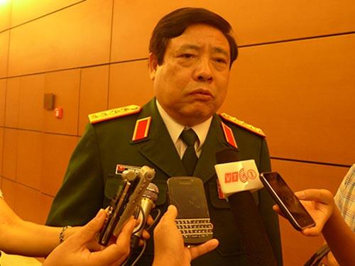 Bộ trưởng Bộ Quốc phòng Phùng Quang Thanh trả lời báo chí bên lề Quốc hội Ảnh: Hoàng Ngọc