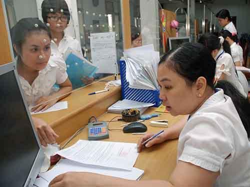 Công chức, viên chức là một trong những đối tượng được đề xuất tăng lương từ ngày 1-1-2015. Trong ảnh: Nhân viên UBND quận 1, TP HCM trong giờ làm việcẢnh: Tấn Thạnh