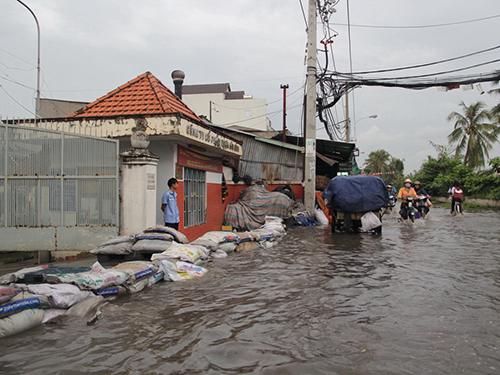 Đường Bến Phú Định bị ngập nước trong chiều 7-11