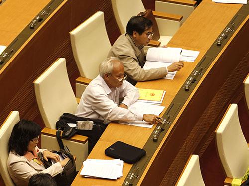 Các đại biểu bấm nút thông qua nghị quyết phát triển kinh tế - xã hội năm 2015Ảnh: Hoàng Ngọc
