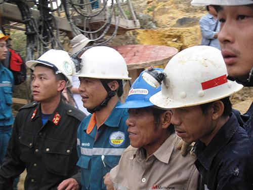 Lực lượng cứu hộ đang đưa nạn nhân lớn tuổi nhất - Phạm Xuân Đăng - ra ngoài vào chiều 19-12Ảnh: HỒNG ÁNH