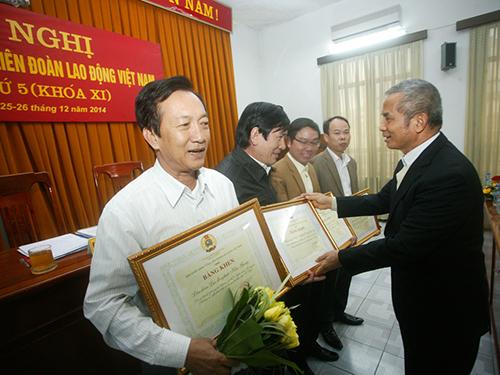 Ông Đặng Ngọc Tùng, Chủ tịch Tổng LĐLĐ Việt Nam, trao bằng khen cho những đơn vị có thành tích cao