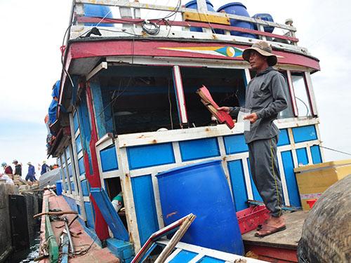 Một tàu cá của ngư dân Việt Nam bị tàu ngư chính của Trung Quốc đâm vỡ cabin Ảnh:  TỬ TRỰC