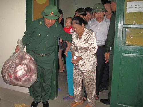 Lực lượng chức năng tỉnh Quảng Ninh khẩn trương di dời dân đến nơi trú tránh bão lũẢnh: Trọng Đức