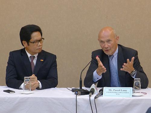 Ông Pascal Lamy (phải) và Chủ tịch VCCI Vũ Tiến Lộc tại buổi tọa đàm