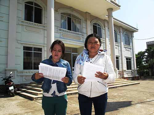 Bà Trần Thị Tâm (trái) và bà Ngô Thị Tuyết (vợ và chị của nạn nhân Ngô Thanh Kiều) nộp đơn kháng án tại TAND TP Tuy Hòa   Ảnh:  HỒNG ÁNH