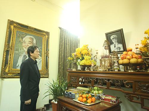 Ông Võ Hồng Nam bên bàn thờ cha - Đại tướng Võ Nguyên Giáp