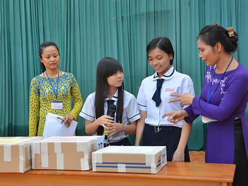 Đại diện thí sinh kiểm tra niêm phong đề thi tại Hội đồng thi Trường THPT Mạc Đĩnh Chi (quận 6, TP HCM) Ảnh: Tấn THạnh
