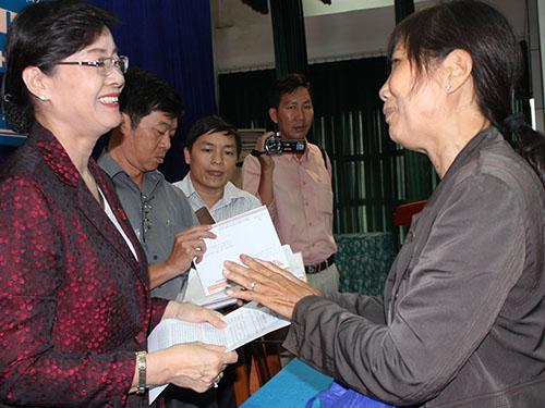 ĐBQH, Chủ tịch HĐND TP HCM Nguyễn Thị Quyết Tâm (trái) tiếp xúc cử tri quận 2 vào sáng 3-10Ảnh: Phan Anh