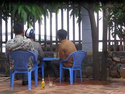 Nhóm cò xe ở quán cà phê Thắng Hải luôn giám sát mọi động tĩnh ở trạm cân trọng tải tỉnh Bình Thuận