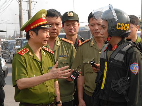 Thứ trưởng Phạm Quý Ngọ (bìa trái) kiểm tra công tác bảo đảm an ninh trật tự trên địa bàn TP HCM trong dịp Tết Nguyên đán 2013Ảnh: TTXVN