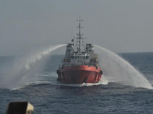Tàu Trung Quốc luôn tỏ ra hung hăng quanh giàn khoan Hải Dương 981 hạ đặt trái phép trong vùng đặc quyền kinh tế và thềm lục địa của Việt Nam Ảnh: HOÀNG DŨNG