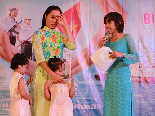 Chị Vương Thị Hà, vợ của kiểm ngư viên Lê Đình Minh và 2 con gái