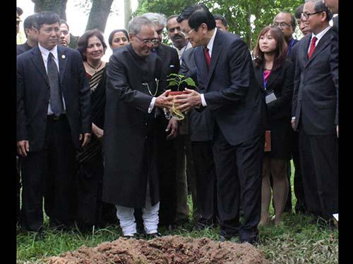 Chủ tịch nước Trương Tấn Sang và Tổng thống Ấn Độ Pranab Mukherjee trồng cây bồ đề xuất xứ từ Bồ Đề Đạo Tràng, biểu tượng cho di sản Phật giáo chung giữa hai nước, món quà tổng thống mang từ Ấn Độ sang
