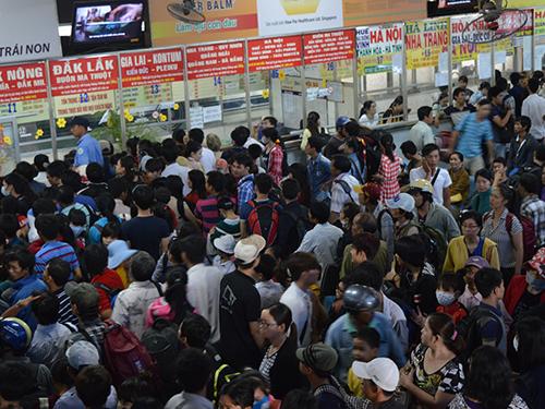 Hàng ngàn người đến mua vé tại bến xe miền đông sáng 30-4  Ảnh: Gia Minh
