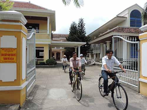 Một số cán bộ Văn phòng Thành ủy Hội An đi làm bằng xe đạpẢnh: Lê Viết Hai