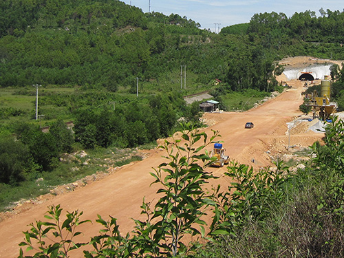 Công trường thi công đường dẫn phía nam hầm Phước Tượng chỉ lác đác vài phương tiện