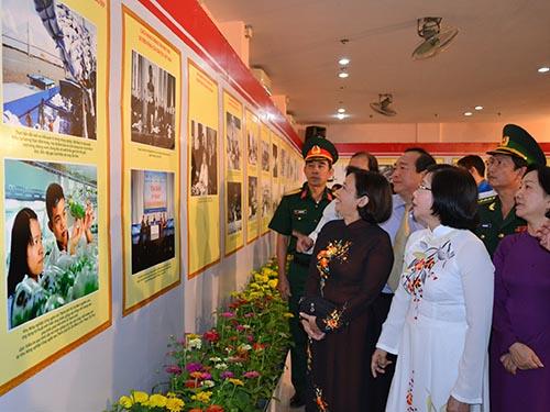 Các đại biểu tham quan triển lãm ảnh tại Nhà Văn hóa Thanh niên TP HCM vào sáng 2-9