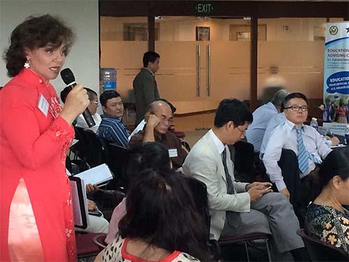 Một đại biểu nêu ý kiến tại buổi Đối thoại giáo dục, ngày 1-8