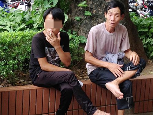 Nhiều người thản nhiên hút thuốc lá nơi công cộng. Trong ảnh là cảnh chụp tại khuôn viên một bệnh viện ở Hà Nội