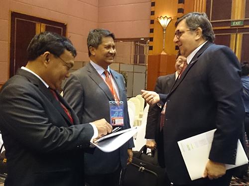 Các đại biểu trao đổi bên lề hội nghị