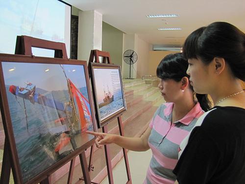Người dân và du khách đến xem hình ảnh trưng bày ngày 12-6