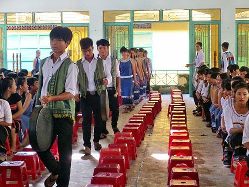 Học sinh biểu diễn các tiết mục văn nghệ bằng nhạc cụ truyền thống trong lễ khai giảng tại Trường Phổ thông Dân tộc nội trú Nước Oa, huyện Bắc Trà My, tỉnh Quảng NamNhóm phóng viên