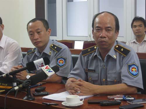 Ông Nguyễn Văn Trung, Phó cục trưởng Cục Kiểm ngư (bìa phải), trao đổi với báo chí chiều 9-5