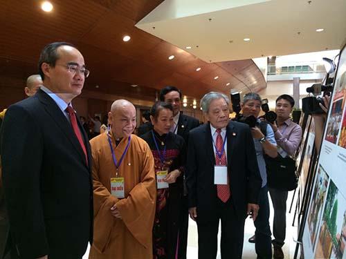 Các đại biểu xem triển lãm tại Đại hội Đại biểu toàn quốc MTTQ Việt Nam lần thứ VIII
