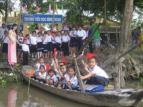 Học sinh Trường Tiểu học Bình Thành, huyện Phụng Hiệp, tỉnh Hậu Giang đến trường dự lễ khai giảng bằng xuồng