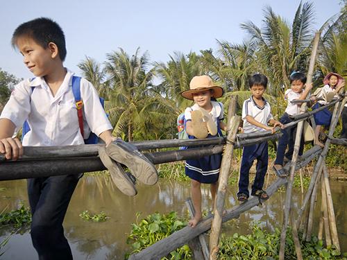 ọc sinh ở vùng lũ huyện Hồng Ngự, Đồng Tháp đến trường trên cầu khỉ