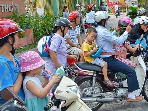 Nhiều phụ huynh Trường Mầm non Tuổi Thơ 7, quận 3, TP HCM đón con  lúc 16 giờ ngày 14-2Ảnh: Tấn Thạnh