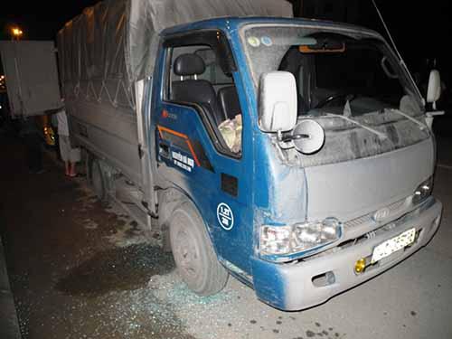 Chiếc xe tải bị côn đồ đập vỡ cửa kính và hủy hoại lô hàng bạch tuộc trên xe