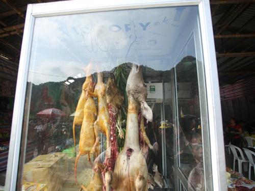 Những hình ảnh như thế này tràn ngập các quán ăn trong khu vực chùa Hương