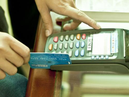 Cửa hàng thu phí cà thẻ sẽ bị phạt nặng. Ảnh minh họa