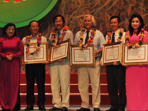 Bà Thân Thị Thân - Trưởng Ban Tuyên giáo Thành ủy trao bằng khen của UBND TP HCM cho các soạn giả, nhạc sĩ, nghệ sĩ đã có nhiều đóng góp cho giải Bông lúa vàng.